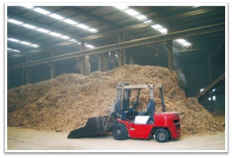 堆码整齐的成品仓库车间和堆积如山的生产原料