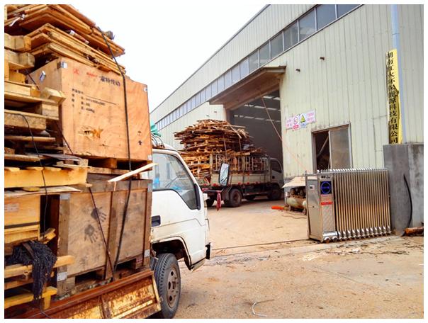 运送工业废旧木材的车辆在工厂等候卸货